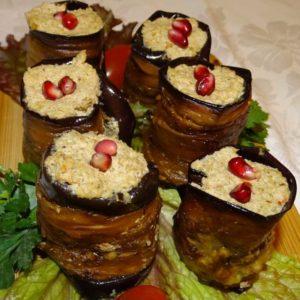 Gebratene Aubergine eingerollt mit einer Füllung aus gemahlenen Walnüssen und georgischen Gewürzen - Küche aus Georgien im Georgischen Restaurant Tamada in Köln