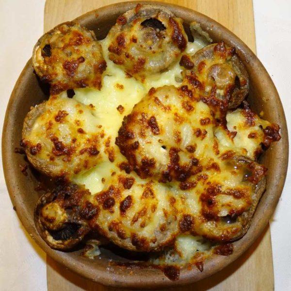 Champignons auf Kezi (Tongefäß) mit Käse überbacken - Küche aus Georgien im Georgischen Restaurant Tamada in Köln