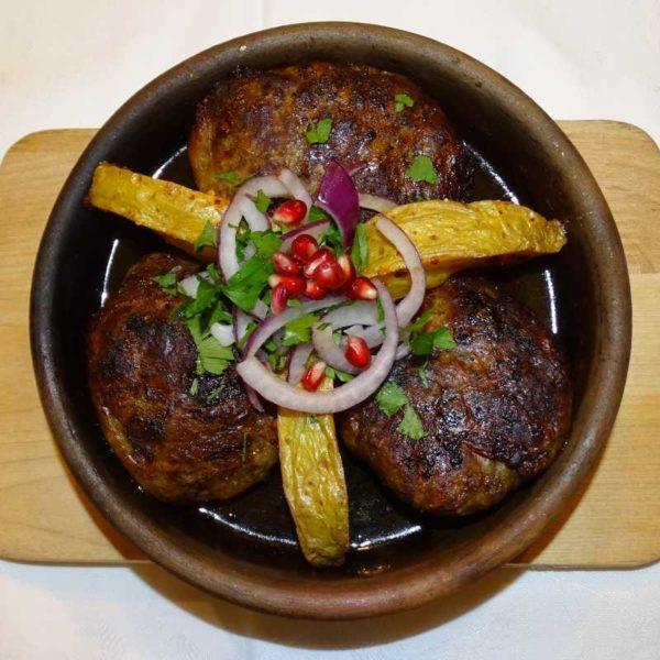 Apchasura: Rollbraten im Fettnetz mit Hackfleisch vom Rind oder Schwein - Küche aus Georgien im Georgischen Restaurant Tamada in Köln
